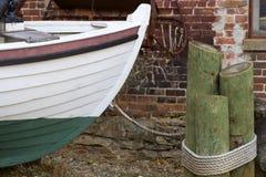 Barco amarrado na terra Fotografia de Stock