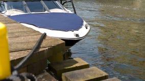 Barco amarrado no cais de madeira vídeos de arquivo