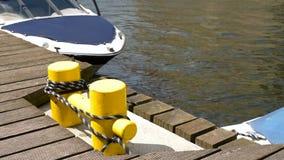 Barco amarrado no cais de madeira video estoque