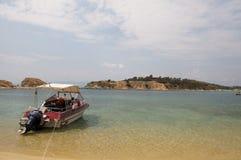 Barco amarrado no mar Imagens de Stock