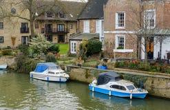Barco amarrado-para arriba, privado visto por una residencia privada en Inglaterra fotografía de archivo libre de regalías