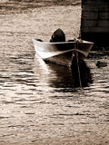 Barco amarrado por el embarcadero en el mar Fotos de archivo libres de regalías