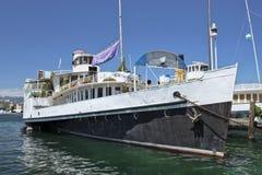 Barco amarrado viejo en el lago Lemán, Suiza Imagenes de archivo