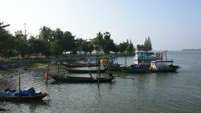 Barco amarrado y nave de la gente tailandesa en el puerto del canal de Tha Chana después de pescar almacen de metraje de vídeo