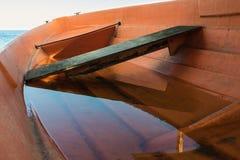 Barco anaranjado llenado de agua Fotos de archivo