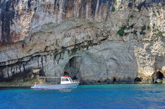 Barco anclado en bahía Imágenes de archivo libres de regalías