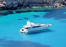 Barco ancorado em uma baía Fotos de Stock Royalty Free