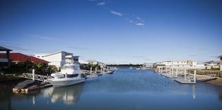 Barco ancorado na frente de uma casa Fotografia de Stock Royalty Free