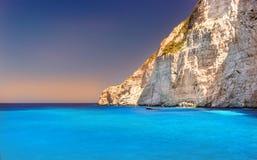 Barco ancorado na praia de Navagio (igualmente conhecida como a praia do naufrágio), ilha de Zakynthos, Grécia Imagem de Stock