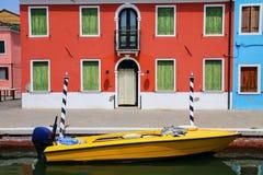 Barco ancorado no canal em Burano, Veneza, Itália Imagens de Stock Royalty Free