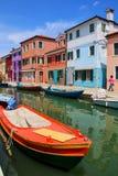 Barco ancorado no canal em Burano, Veneza, Itália Imagem de Stock