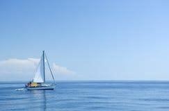 Barco ao lado da baleia imagem de stock