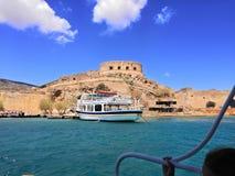 Barco ao spinalonga crete foto de stock royalty free