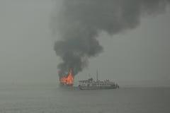 Barco ardente da sucata no mar foto de stock royalty free