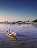 Barco arruinado en la orilla del retroceso Fotografía de archivo libre de regalías