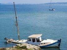 Barco arruinado hundido en la isla de Lefkada imagen de archivo