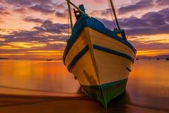 Barco asegurado en la playa fotos de archivo libres de regalías