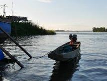 Barco asiático de la cola larga en un río Foto de archivo