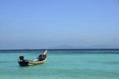 Barco asiático dos trabalhos manuais no mar e no céu azul Imagem de Stock