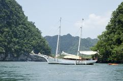 Barco asiático entre las islas foto de archivo