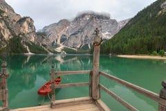 Barco atado en la escalera en el varadero de Braies del lago Imagenes de archivo