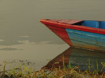 Barco atado a la orilla del lago Fewa Fotografía de archivo libre de regalías