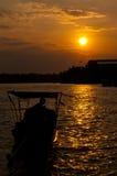 Barco atado largo en la puesta del sol Foto de archivo libre de regalías