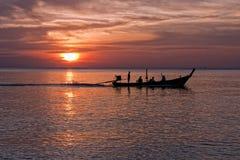 Barco atado largo en la puesta del sol, playa de Nai Yang, Phuket, Tailandia Fotos de archivo