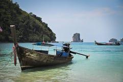 Barco atado largo en una playa Foto de archivo libre de regalías