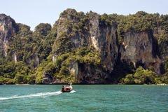 Barco atado largo, Krabi, Tailandia imagenes de archivo