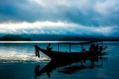 Barco atado longo de madeira Imagens de Stock