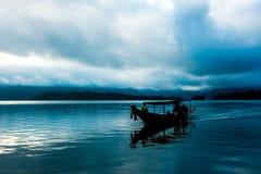 Barco atado longo de madeira Fotos de Stock Royalty Free