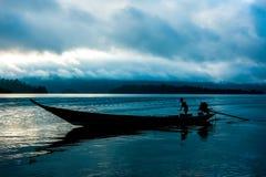 Barco atado longo de madeira Imagem de Stock