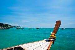 Barco atado longo no console da Phi-phi em Tailândia Imagem de Stock Royalty Free
