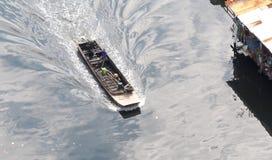 Barco atado longo pequeno e velho Foto de Stock