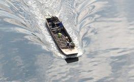 Barco atado longo pequeno e velho Fotos de Stock