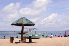 Barco atrás do parasol na praia branca da areia fotografia de stock royalty free