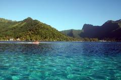 Barco através de uma lagoa azul imagem de stock royalty free