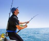 Barco azul de la pesca en alta mar del mar con el pescador Foto de archivo libre de regalías