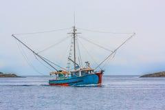 Barco azul do camarão em Grey Day imagens de stock royalty free