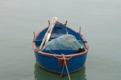 Barco azul do pescador no Adriático fotografia de stock