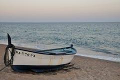 Barco azul e branco na praia da areia Fotografia de Stock