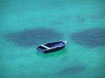 Barco azul en bahía azul Imagenes de archivo