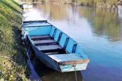 Barco azul en el estacionamiento imagen de archivo