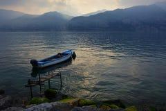 Barco azul en el lago Garda imagen de archivo libre de regalías