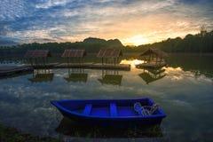 Barco azul en el lago hermoso Fotos de archivo libres de regalías