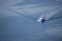 Barco azul en el mar Fotos de archivo
