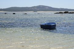 Barco azul en el mar Foto de archivo