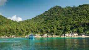 Barco azul en la bahía almacen de metraje de vídeo