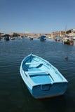 Barco azul en la cala de Kalkara Imágenes de archivo libres de regalías
